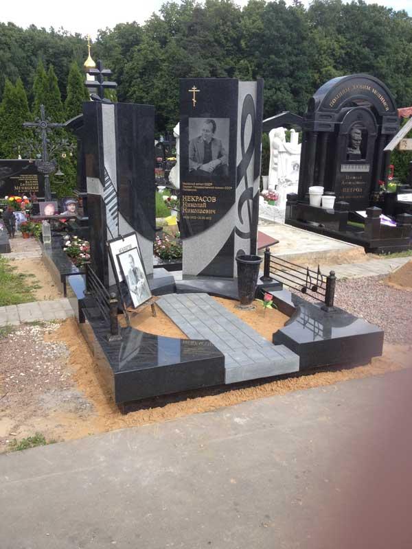 Эксклюзивный вертикальный памятник из черного и белого гранита