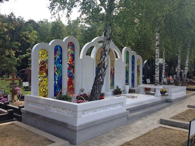 Эксклюзивный памятник из белого гранита с изображением святых