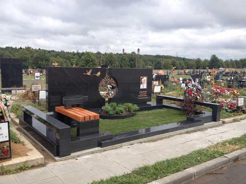 Эксклюзивный горизонтальный памятник из черного гранита со скамьей