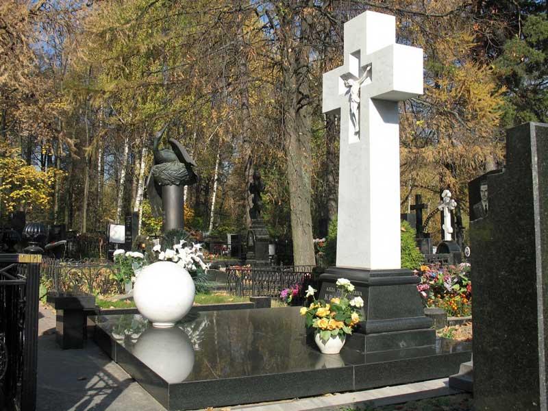Эксклюзивный памятник крест из белого и черного гранита