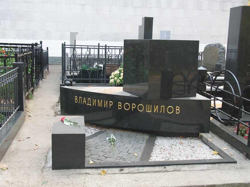 Эксклюзивный горизонтальный памятник Ворошилову из черного гранита