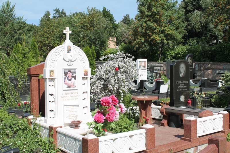 Эксклюзивный памятник из белого и красного гранита с крестом и фото