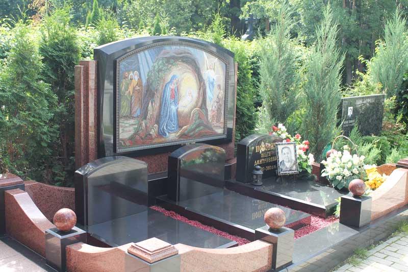 Эксклюзивный памятник из черного гранита с изображением святых