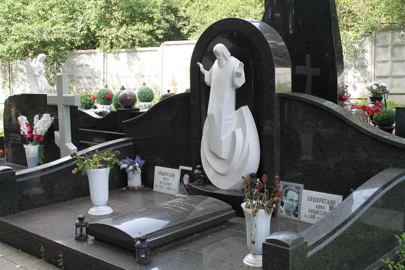 Эксклюзивный памятник из черного гранита с белой скульптурой