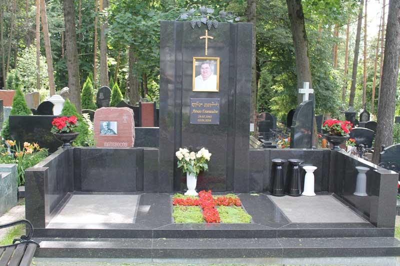 Эксклюзивный памятник из черного гранита с бронзовым крестом, надписью и фото