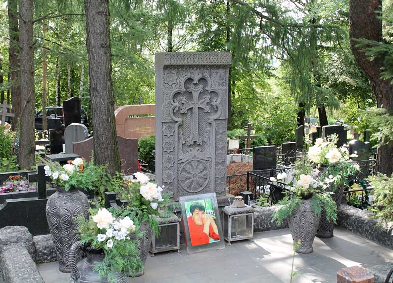 Эксклюзивный памятник крест из серого гранита