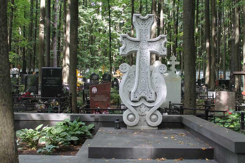 Эксклюзивный памятник с большим крестом из серого гранита