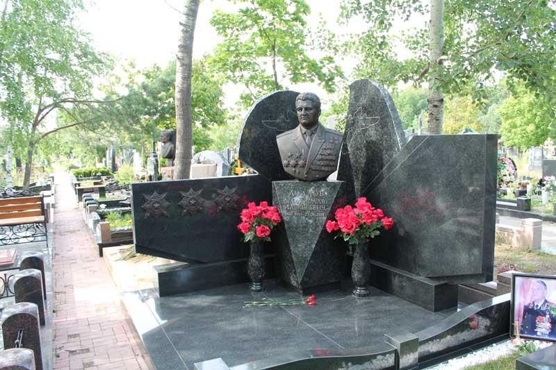 элитный памятник из серого гранита с бюстом мужчины военного