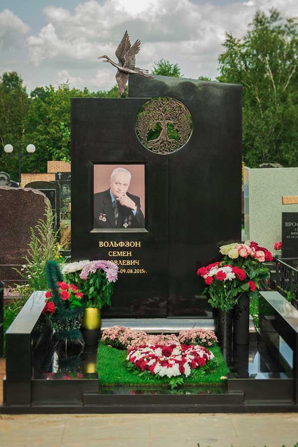 элитный памятник из черного гранита с бронзовыми журавлями и портретом мужчины