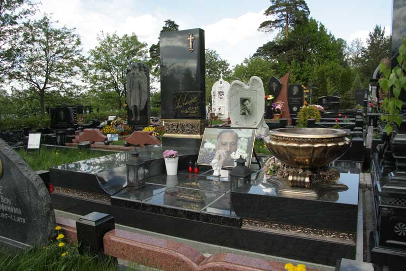 элитный вертикальный памятник мужчине из черного гранита и чашей из бронзы