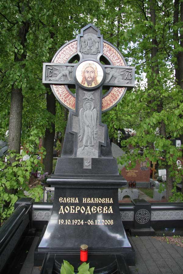 элитный памятник большой крест из красного и черного гранита с изображением святых