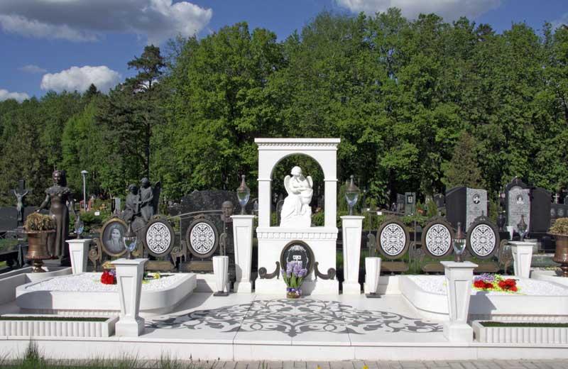 элитный памятник с ангелом, мини колоннами и аркой из белого гранита