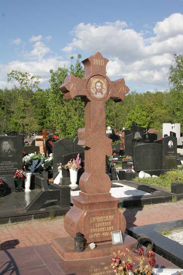 элитный памятник крест из красного гранита с изображением святого