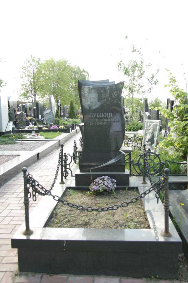 элитный вертикальный памятник из черного гранита с оградой цепью