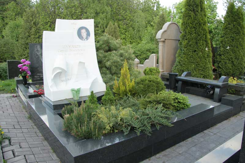 элитный памятник из белого гранита с портретом мужчины