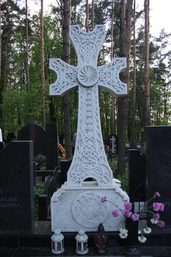 элитный памятник крест с декоративной резьбой из белого гранита
