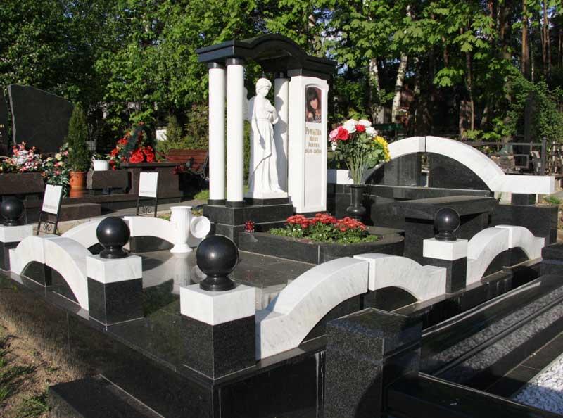 элитный памятник из черного и белого гранита со скульптурой ангела