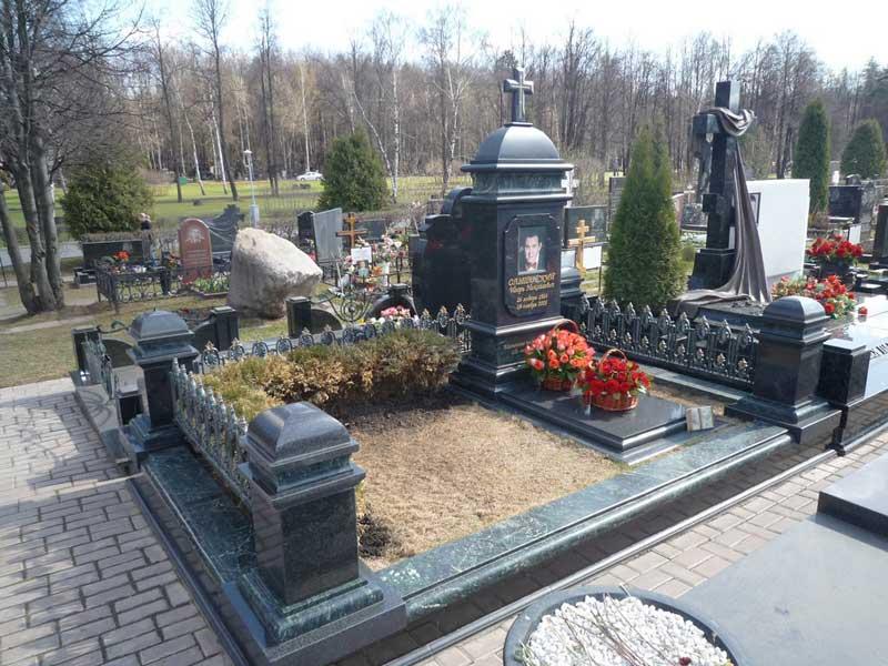 элитный памятник с оградой из черного гранита