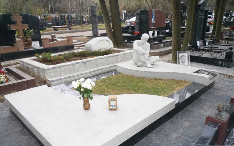 элитный памятник с белой статуей