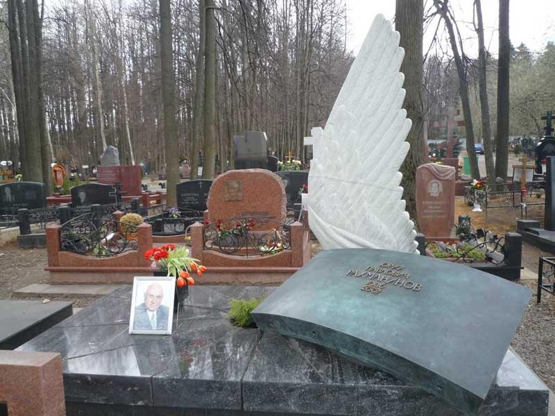 элитный памятник с белым крылом