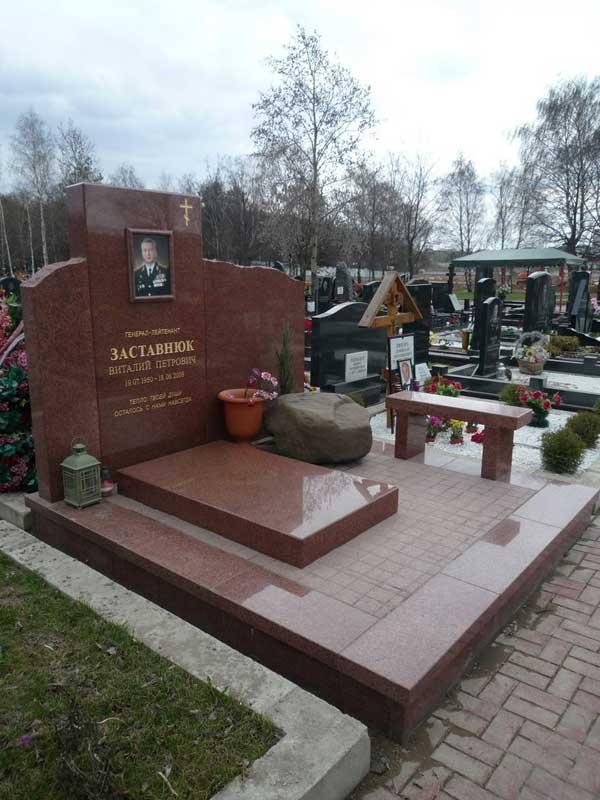 элитный памятник из красного гранита со скамьей