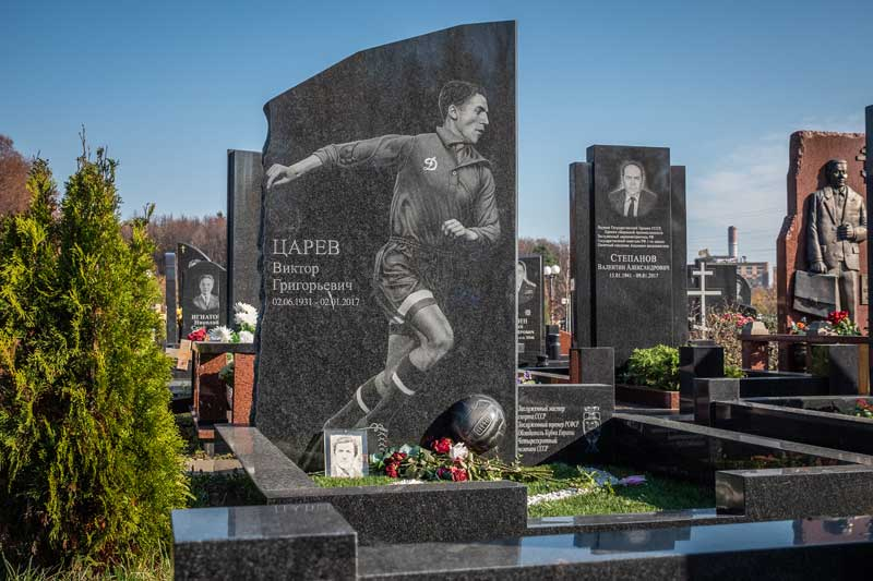 элитный памятник из черного гранита для футболиста