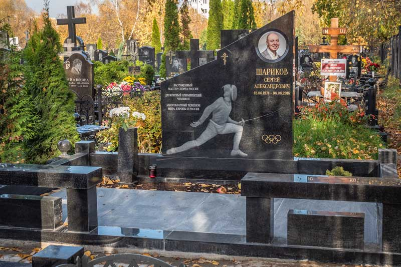 элитный памятник из черного гранита для спортсменов