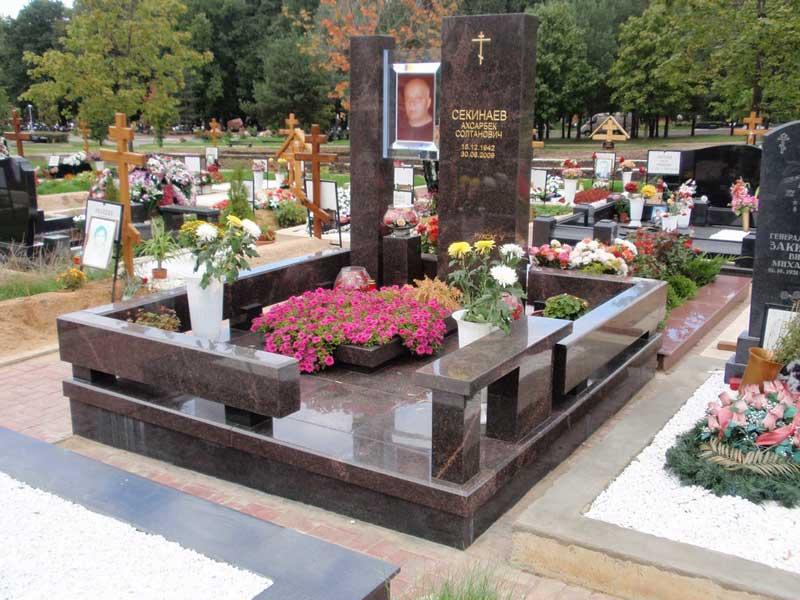 элитный вертикальный памятник с цветником
