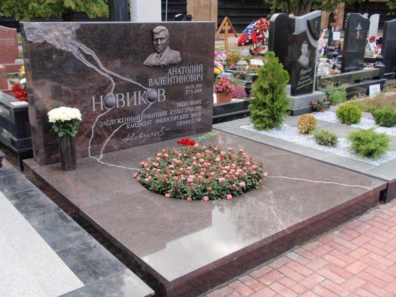 элитный памятник с цветником