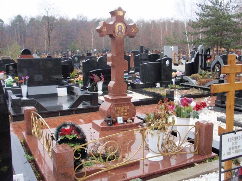 элитный памятник крест из красного гранита
