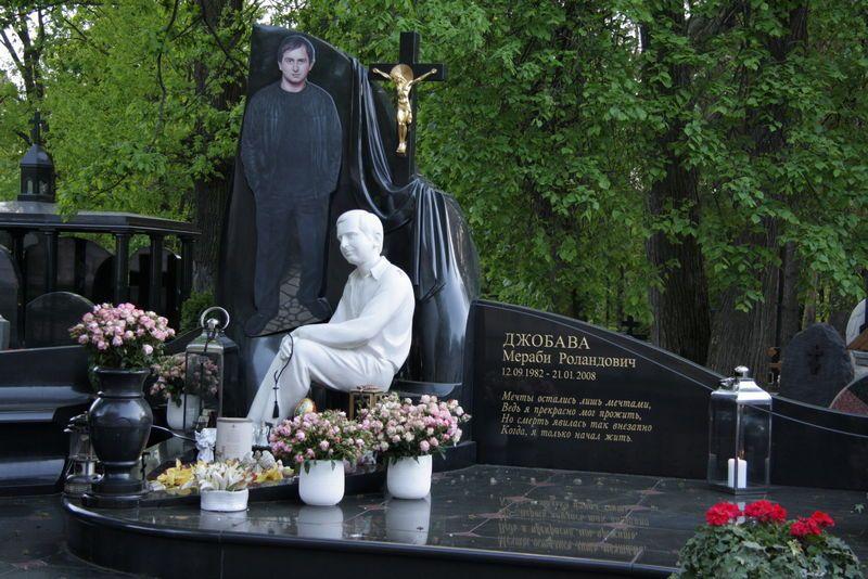 Какие материалы используются для скульптур на могилу?